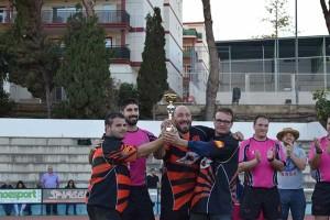 Capitanes-recogiendo-el-trofeo