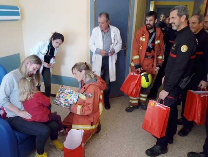 bomberos-visita-hospital-1-diaridigital.es