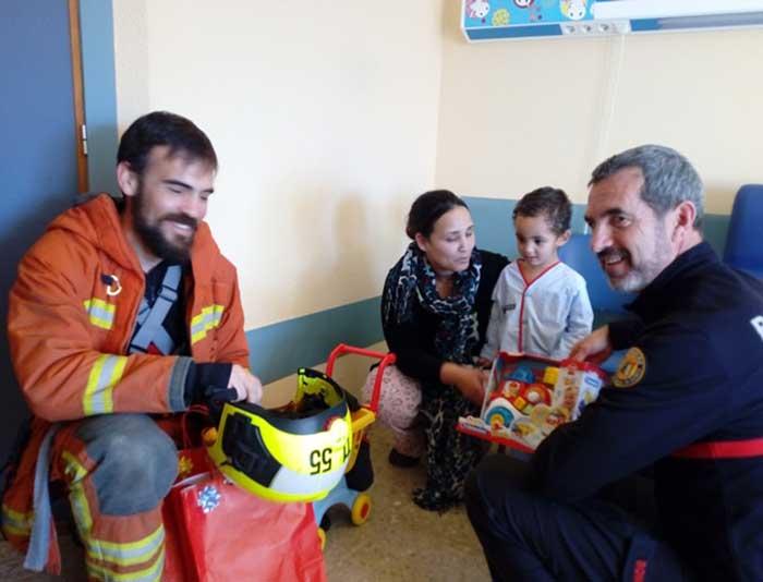 bomberos-visita-hospital-3-diaridigital.es
